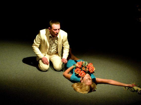 """Dramaturgu teātra izrāde """"Sudraba dakšiņas"""" ceturtdien būs skatāma uz brīvdabas skatuves"""