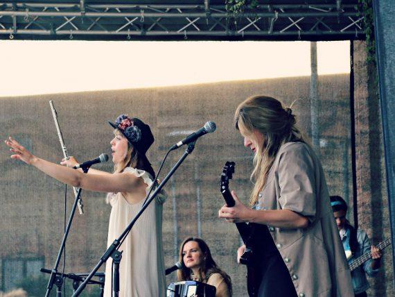 FOTO: Sus Dungo; Smooth Kats Spīķeru brīvdabas koncertā