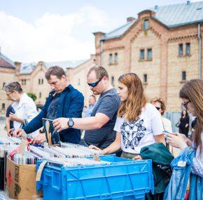 Rīt Spīķeru kvartālā norisināsies šīs sezonas noslēdzošais Rīgas krāmu tirgus